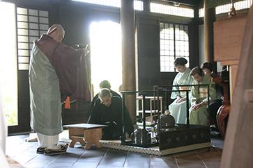 瑞泉寺本堂にて御供茶をされるお家元