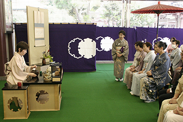 神奈川支部〈役員席〉は客殿前総受付前での立礼席