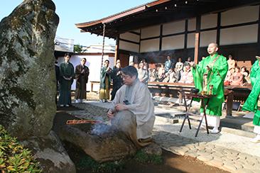 「茶筅塚」にてお焚き上げをされる若宗匠